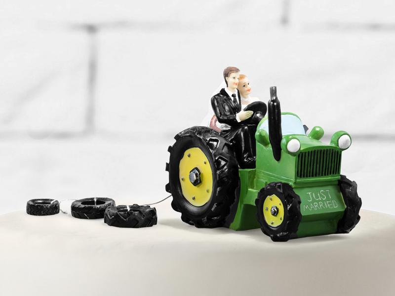 Brautpaar fährt mit Traktor