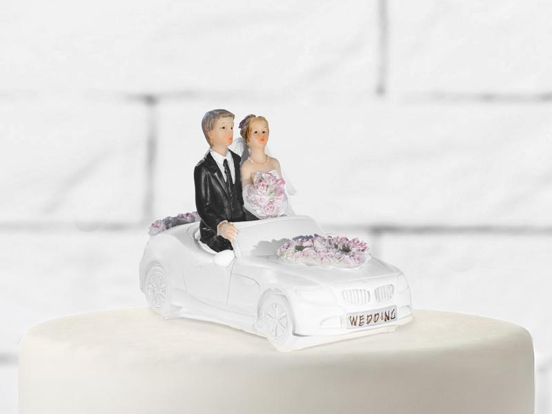 Brautpaar in weißem Auto