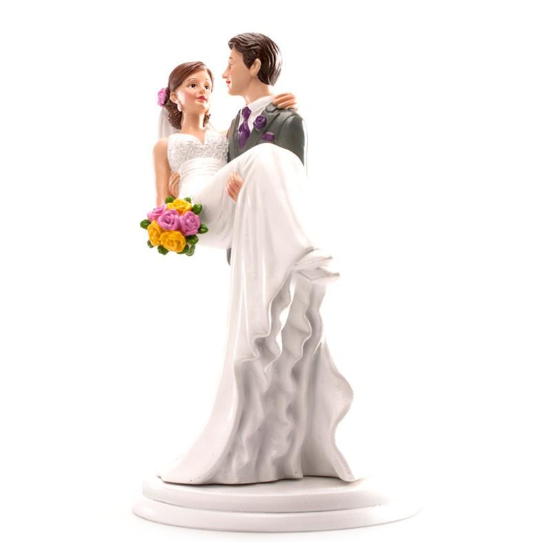 Brautpaar Bräutigam trägt Braut auf Händen